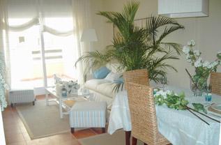 Salón con acceso directo a la amplia terraza, vistas a la urbanización y al campo de Golf.